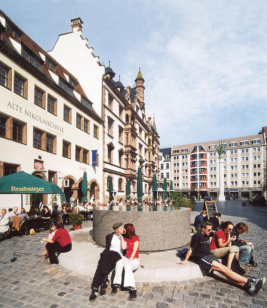 Granitbrunnen nach Entwurf des Berliner Büros David Chipperfield Architects, eingeweiht 2003