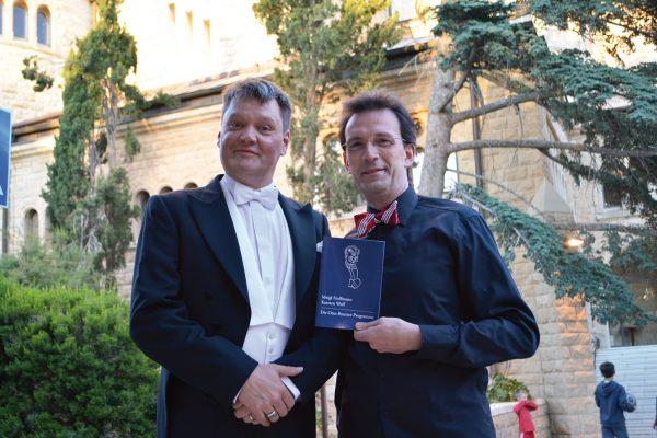 Kabarettist Meigl Hoffmann und Pianist Karsten Wolf an der Himmelfahrtkirche