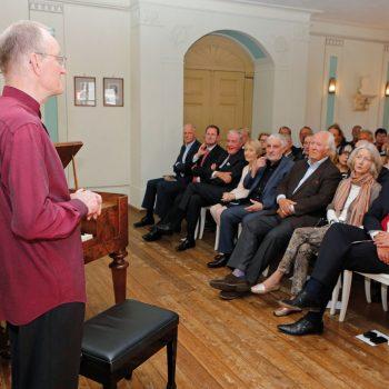 Der Präsident der Kulturstiftung Leipzig, Rolf-Dieter Arens, begrüßt die Festgäste in der Richard-Wagner-Aula der Alten Nikolaischule.