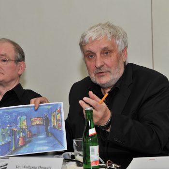 Rolf-Dieter Arens und Wolfgang Hocquél, Geschäftsführer der Kulturstiftung Leipzig, stellen das Projekt auf einer Pressekonferenz vor.