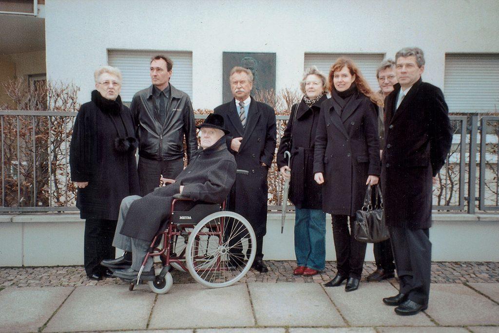 Dr. Karl Rothe-Ehrung, im Rollstuhl der Stifter Joachim Krüger