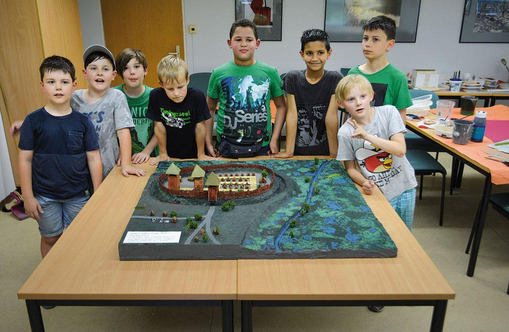 Die Schüler am fertiggestellten Modell