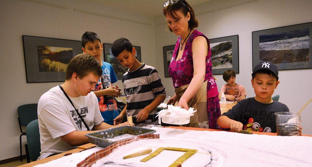 Schüler der August-Bebel-Grundschule bei der Arbeit am Modell