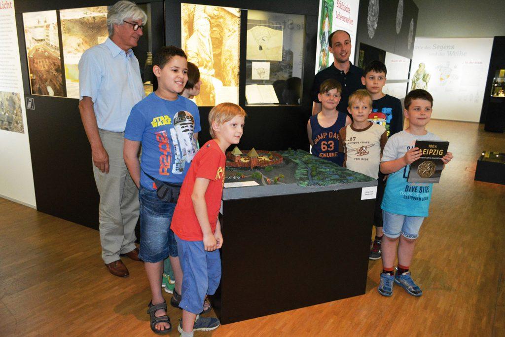 Museumsdirektor Dr. Volker Rodekamp präsentiert mit den Schülern das Modell der urbs libzi