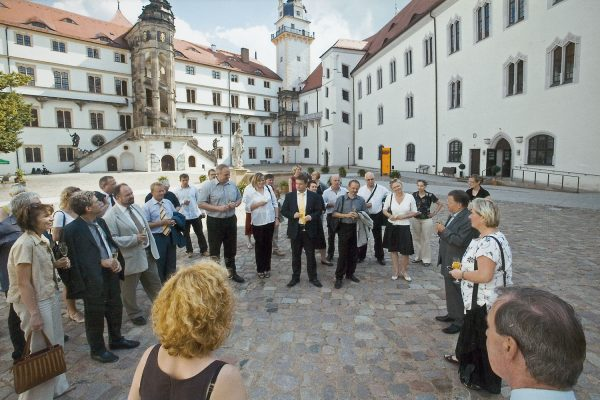 Die Oberbürgermeisterin von Torgau Andrea Staude und Kulturstiftungspräsident Walter Christian Steinbach begrüßen Sponsoren der Ausstellung